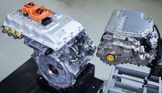 Den såkalte e-drive-enheten fra BMW i3 til venstre, og prototypen til neste generasjon til høyre.