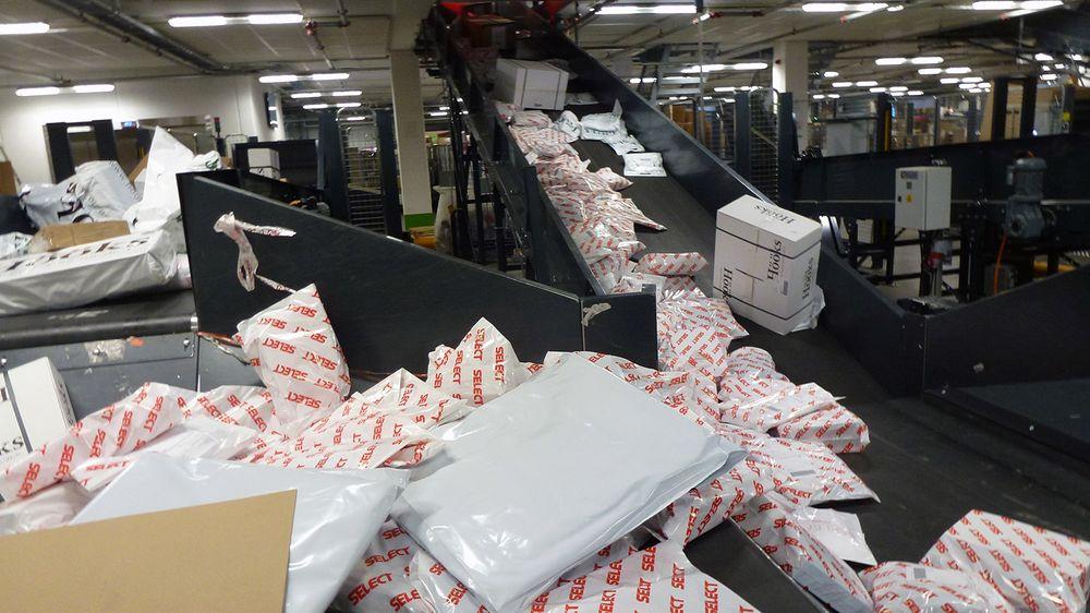 Her er ferske pakker fra Select og Hööks på vei inn i Bring-systemet. Kapasiteten er 40-60 000 pakker i døgnet. Etter en runde i sorteringsanlegget er pakkene på vei til sine respektive mottakere.