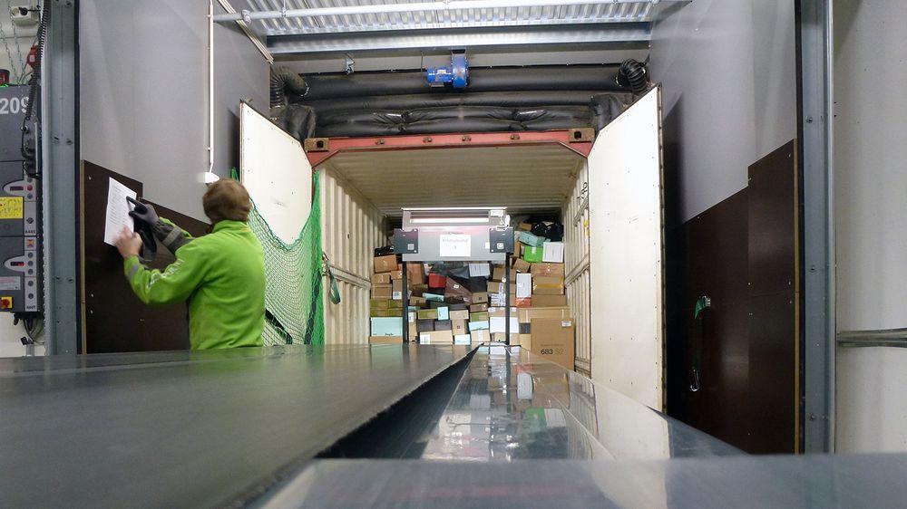 En siste sjekk før pakke-containeren til Kristiansand kan lukkes og låses.