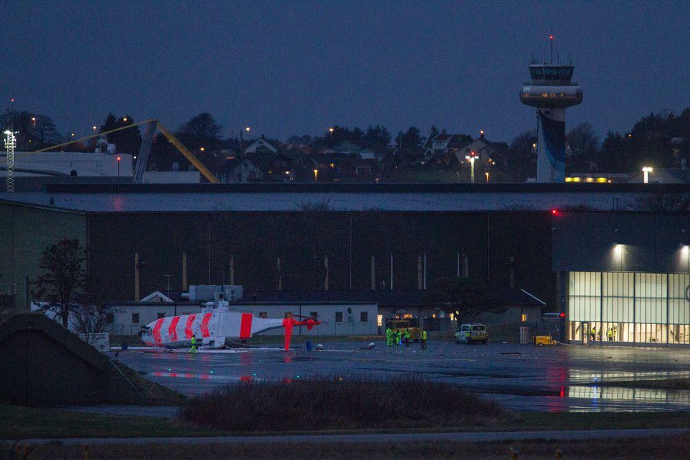 Det nye redningshelikopteret til 330 skvadron på Sola flyplass veltet fredag ettermiddag mens rototbladene var i gang.
