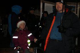 MANGE MØTTE: Det krydde av folk på torget under julegateopninga. Blant dei var Hanne Moe Låksrud, som venta spent på at nissen skulle kome.