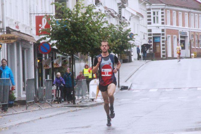 KREVENDE LØP:Totalt deltok 21 løpere i herreklassen i Risør, og nærmest hele løpet lå Stenberg samlet med to andre - før han rykka avgårde.