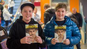 SIKRA BOK OG SELFIE:Jonas og Johannes Meisterplass Fimreite frå Kaupanger hadde møtt opp for å møta helten frå TV-skjermen.