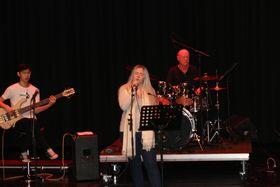 AVSLUTTA MED SONG: Sara Vie var blant dei som song under heilaftan til kulturskulen sundag.