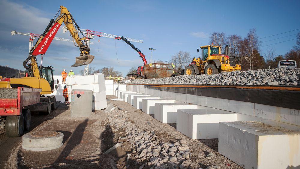 Lette blokker av ekspandert polystyren brukes til å bygge opp terrenget der veien skal ligge.
