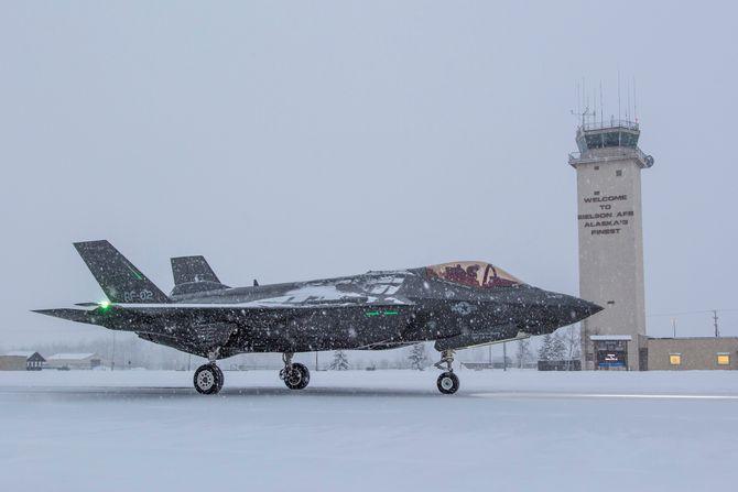 Jonthan «Spades» Gilbert i bakketest med AF-2 på Eielson AFB 8. november. Bremseskjerm-«poden» er synlig mellom halefinnene.