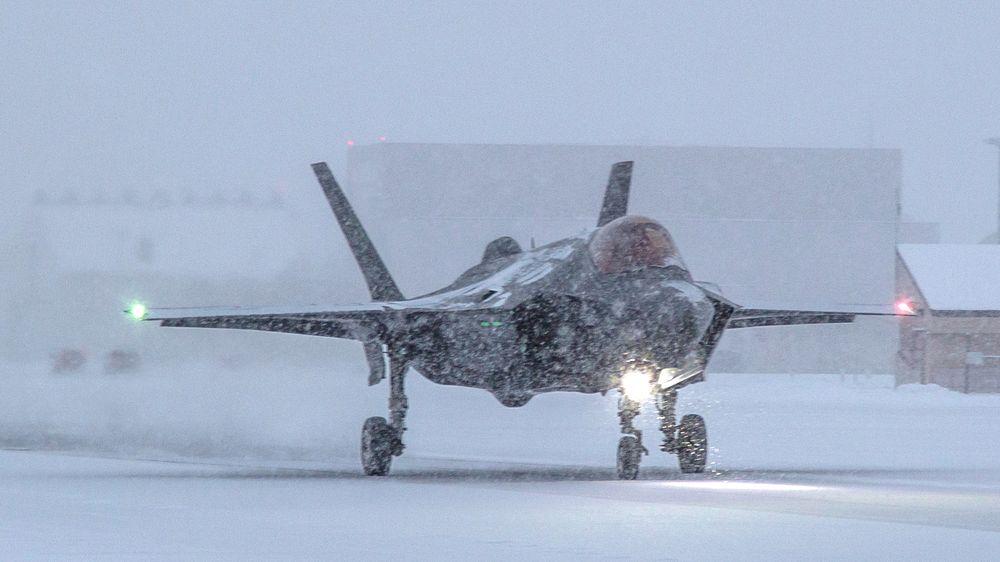 Bremseskjermtesting på glatte rullebaner har nå startet på flybasen Eielson i Alaska.