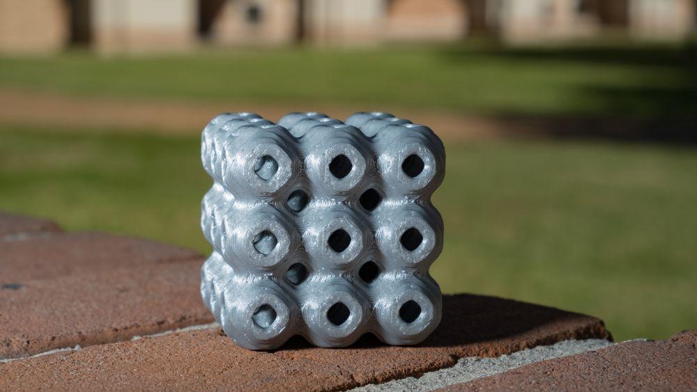 De amerikanske forskerne har 3D-printet det som kalles den primitive formen for minimal overflate-strukturer (avbildet). Den andre formen forskerne 3D-printet kalles gyroid.