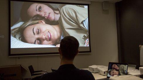 Med en projektor er det langt enklere og billigere å få et enormt bilde. Her Orange is the New Black.