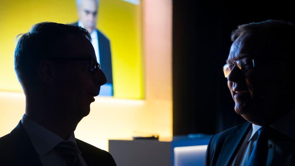 Olje- og energiminister Terje Søviknes (t.v.) og konsernsjef i Statoil Eldar Sætre under Høstkonferansen 2017, som arrangeres i Oslo tirsdag av Statoil, Olje- og energidepartementet og Det internasjonale energibyrået (IEA). Der fikk de blant annet høre spådommene til dr. Fatih Birol fra IEA (på skjermen i bakgrunnen).