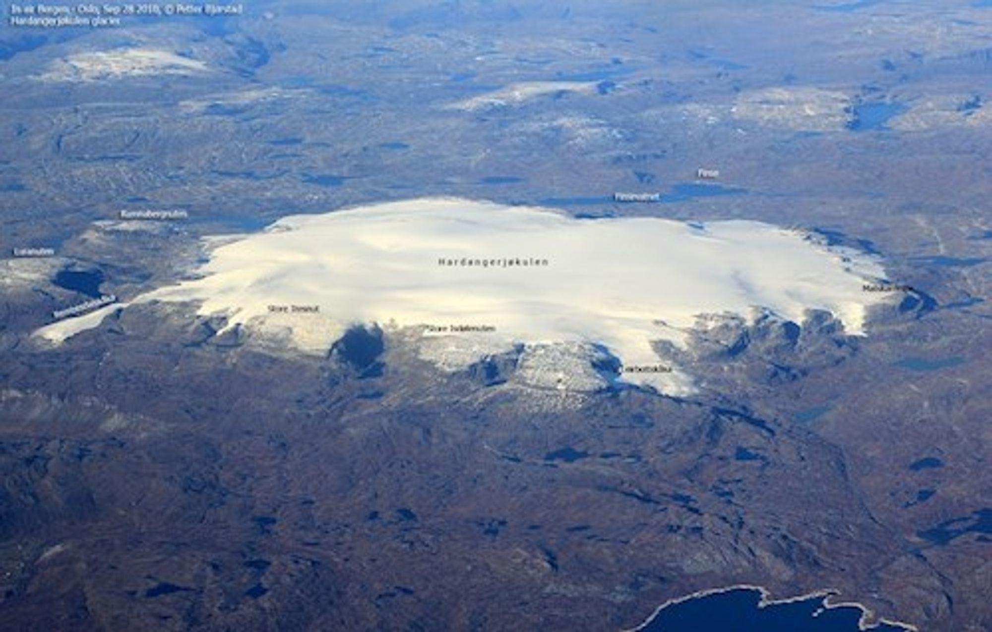 I bakgrunnen ses Finsevann og til venstre ses Rembesdalskåka, som er en stor breutløper.
