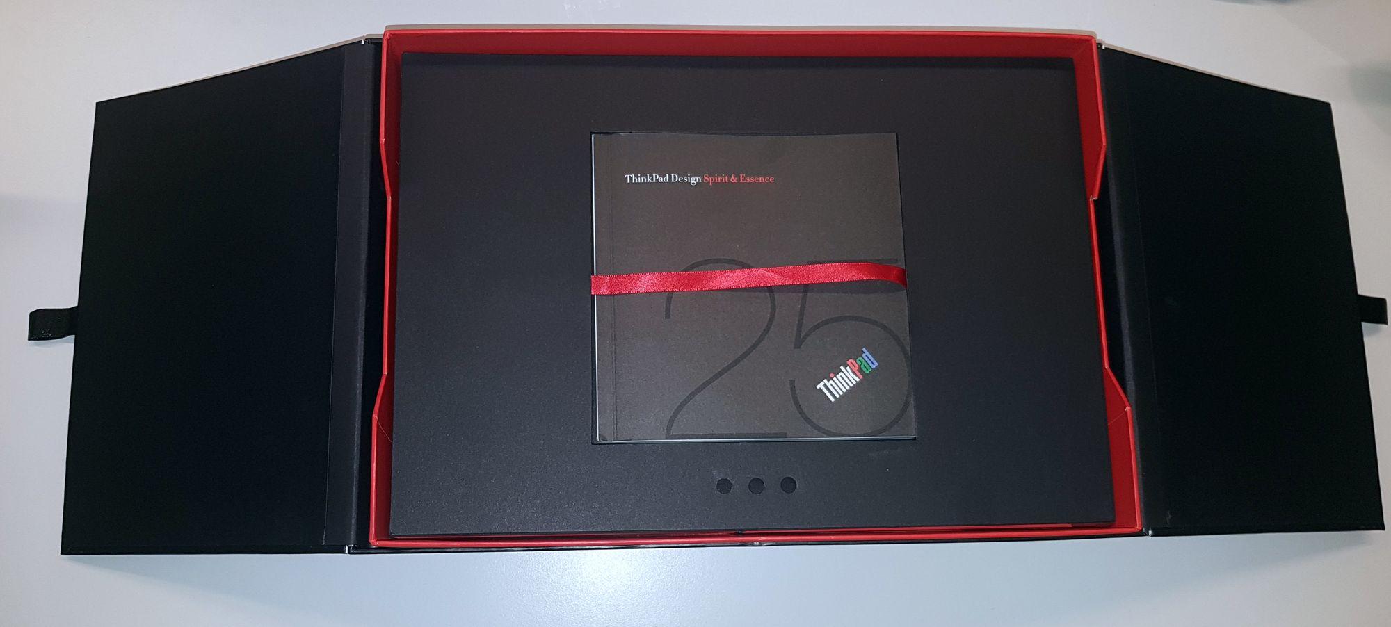 Esken til Lenovo Thinkpad Anniversary Edition 25 er inspirert av en japansk matboks. Inkludert er også en liten bok om hva som kjennetegner Thinkpad-designen.