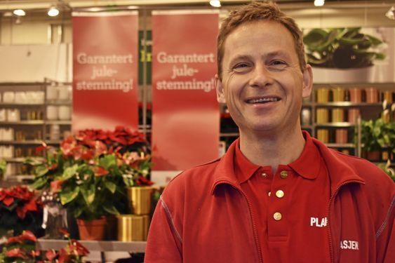 TREVELIG KAR: Ansvarlig gartner Christoffer Ladstein (46) synes juletresalget er en fin avslutning på gartnersesongen.