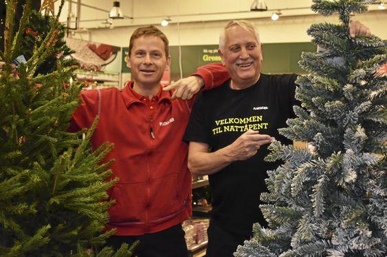 MITT ER BEDRE ENN DITT: Christoffer Ladstein og Sten Hansen har aller så liten intern konkurranse om hvem som selger flest trær. Men begge synes egentlig at ekte vare er best.