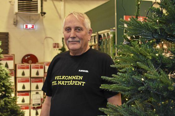 TRADISJONEN UTRO: Sten Hansen (66) er logistikkansvarlig og selger plasttrær på Plantasjen Sofiemyr. Selv liker han ekte trær best, men i år kan det hende at de må kjøpe et plasttre på grunn av allergi i familien.