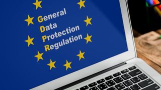 «General data protection regulation» med EU-stjernene rundt på en laptopskjerm