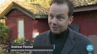 Geitmyra matkultursenter v/Andreas Viestad fikk ingen kritiske spørsmål av Østlandssendingen, som f.eks. om de mottar økonomisk støtte fra Rema 1000, hvis logo pryder årsrapporten til Geitmyra matkultursenter.