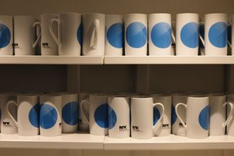 NRK Østlandssendingens kaffekopper.