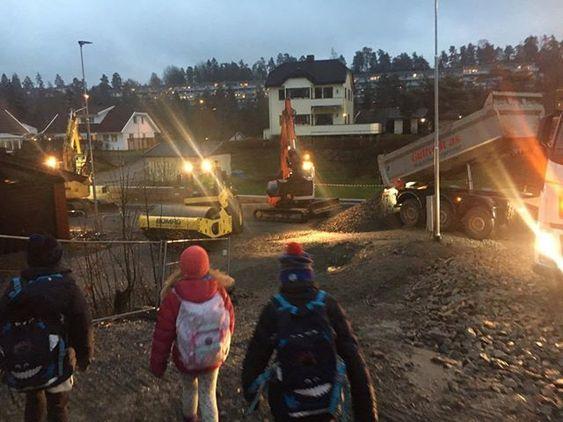 SKOLEVEI: Barna bruker Ormerudveien som skolevei. Maskinene jobber i området med de nye byggeprosjektene.