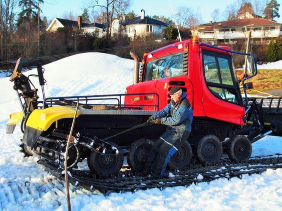 LEGGER BELTER: Assistent Harald «Rikki» Bjerke gjør klar ene preppemaskinen.