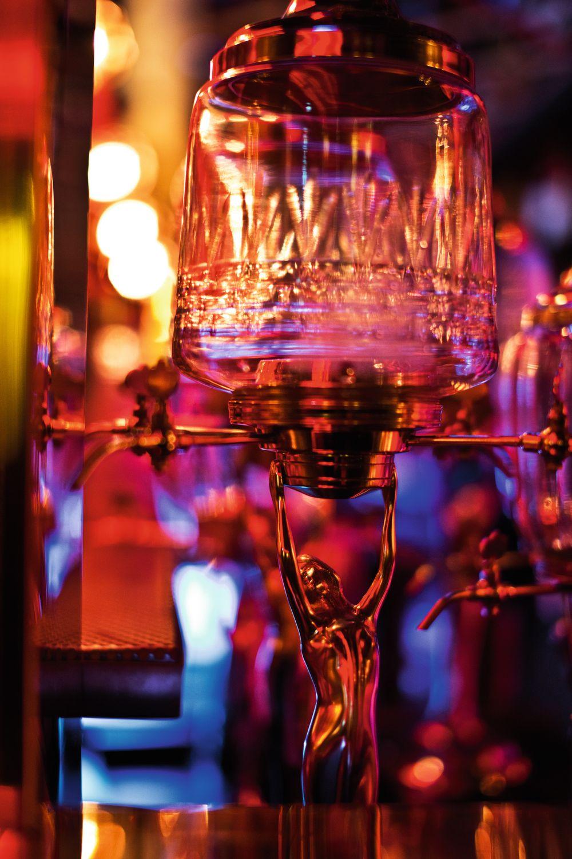 Pina Colada serveres på den mest hedonistiske måten som tenkes kan, nemlig fra denne dispenseren.