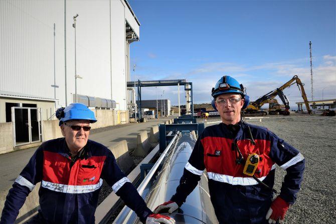 Gassrøret: Ved full drift brukte gasskraftverket 600 millioner Sm3 naturgass. Gassen kom inn gjennom dette røret. Fra venstre administrerende direktør i Naturkraft, Bjarne Midtun Hervik og Sølve Haavardsholm som er innleid konsulent.
