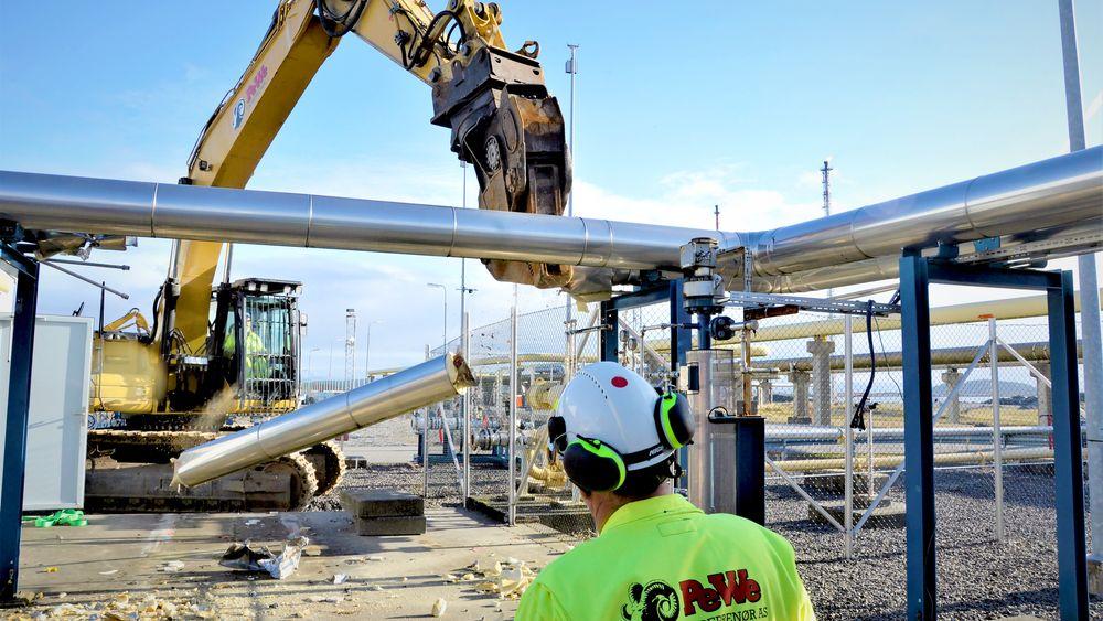 Klipper i stykker: Deler av kjølevannssystemet til gasskraftverket klippes sundt av entreprenørselskapet PeWe, et selskap i Hellik Teigen-gruppen