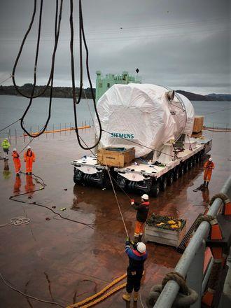 Uviss skjebne: Gassturbinen gjøres klar for å bli heist om bord i et større skip som skal sørge for transport til Hamburg. Turbinens videre skjebne er uklar.