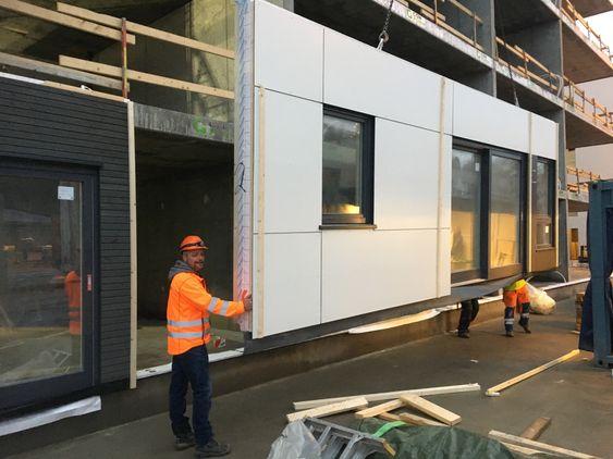 Bjørn Atle Modal i Kruse Smith, er med når veggelementer fra Lindal Treindustri skal heises på plass.