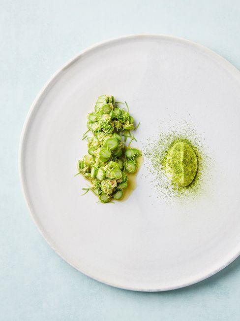 Grønne asparges med granskuddsmør og fløte er en av de spennende oppskriftene i Ny Norsk Mat.