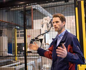 - Norsk industri er høyst levende, sier Thomas Wasenden, produksjonssjef for Neuman Aluminium Raufoss. Foto: Christina Gulbrandsen
