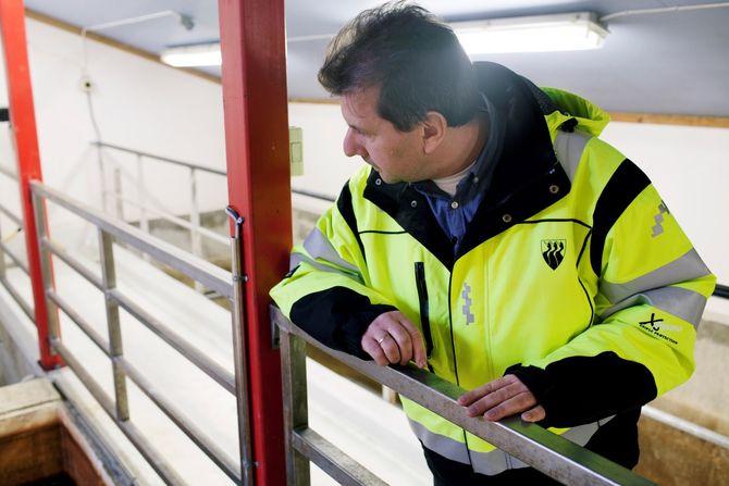 Tom Ragnar Pedersen sjekker at alt er som det skal på Røsts lille vannverk. (Foto: Aurora Hannisdal)