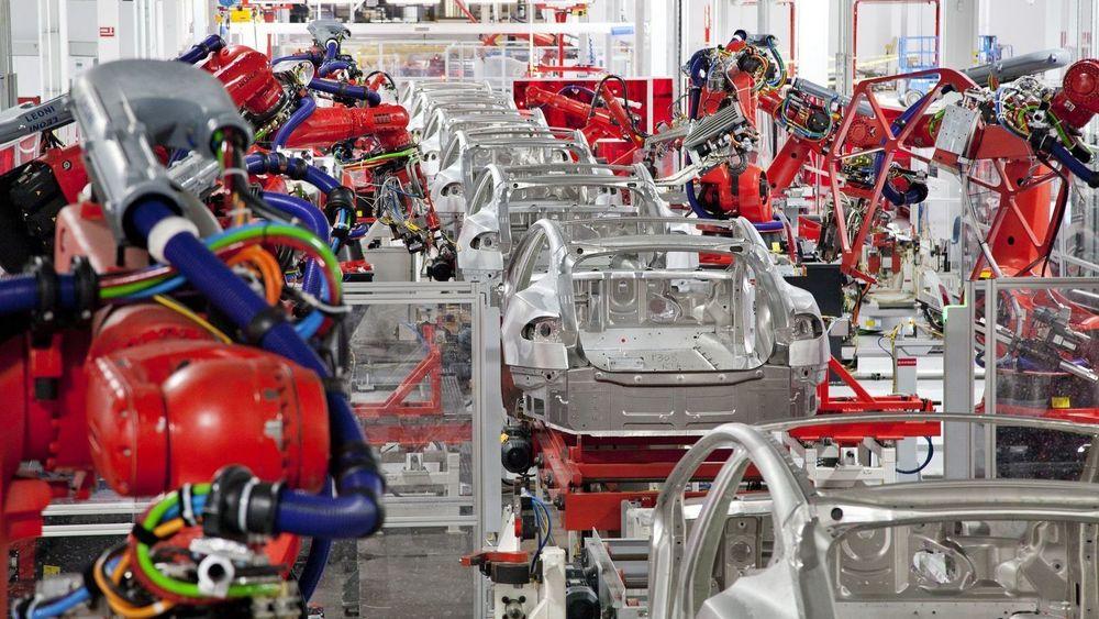 Her jobber  robotene på Teslas fabrikk i Fremont, California.