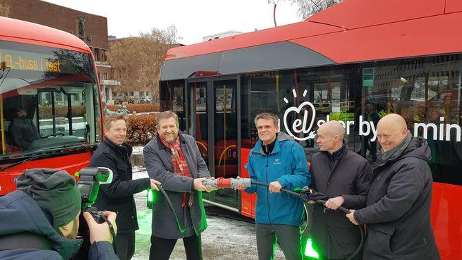 Det grønnes: I grønn belysning markerte fra venstre Atle Rønning i Norgesbuss, Ruters Bernt Reitan Jenssen, byrådssekretær Einar Wilhelsmsen, Jan Volsdal i Nobina og Øystein Svendsen i Unibuss starten på elektrifiseringen av busstilbudet i Oslo.