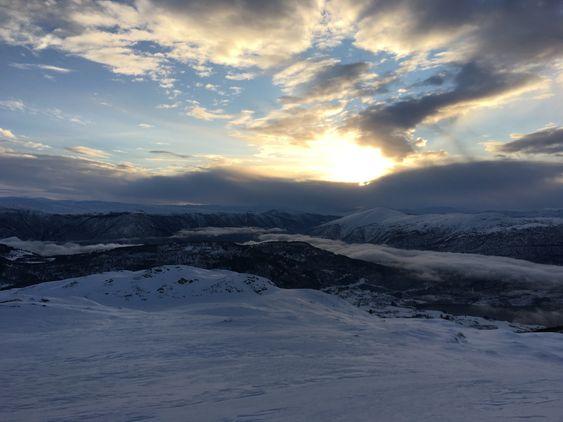 MAGISK STEMNING: Så flott kan det vera når du har urørt snø framfor deg og lyset spelar på lag i horisonten.