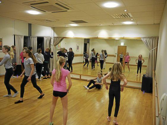 MYLDER AV MENNESKER: Nesten hele danseskolen er involvert i showet.