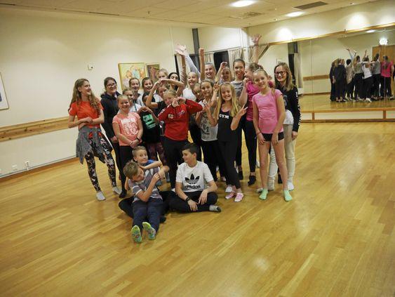 KLARE FOR AKSJON: Her ser du Liv Steens Ballettskoles elever på klassisk-partiet på torsdager, som øver så svetten pipler.