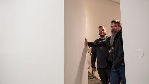 Radiosignalene skal ned fra himlingen og gjennom denne veggen, før de når publikumsområdet. Gunnar Ellingsen i Atea illustrerer utfordringene, her sammen med Nicolai Skoglund, nettverksansvarlig på Astrup Fearnley Museet.