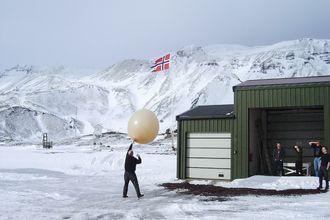 Ballongslipp: For å få et godt bilde av værsituasjonen i de ulike lagene i atmosfæren brukes værballonger som denne som ble sluppet fra Jan Mayen