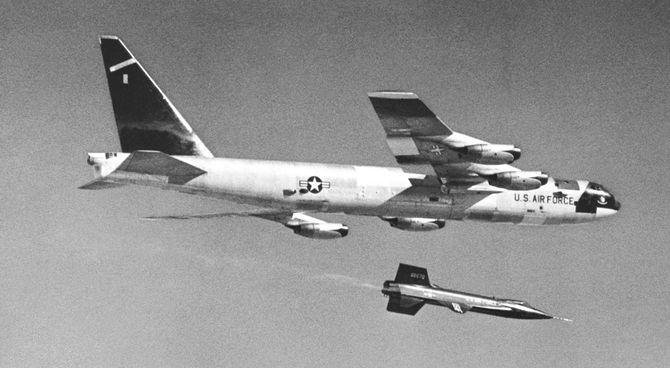 Et X-15 har nettopp blitt sluppet fra B-52-bæreflyet.