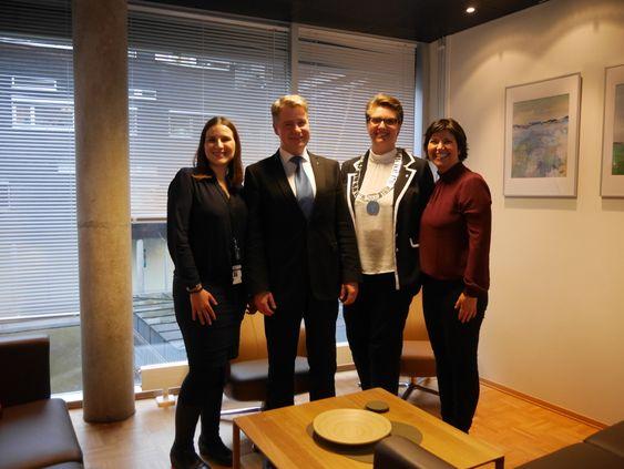 STOLTE: Blazhka Popova (t.v.) skal drive det nye støttesenteret for kriminalitetsutsatte for hele Øst politidistrikt fra politihuset i Ski sammen med Cecilie Matre (helt til høyre). De fikk storfint besøk av justis- og beredskapsminister Per-Willy Amundsen (FrP) og Ski-ordfører Hanne Opdan (A). Senteret skal både dekke dagens Ski og Oppegård, men også fremtidens Nordre Follo-.
