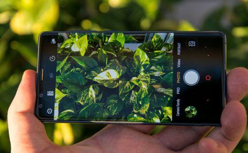 Kameraet er helt ålreit, men advarer merkelig nok om at man holder telefonen for nærme hvis man tar portrettbilder med selfie-kameraet. Hvem i Kina er det som har mer enn to meter lange armer, lurer vi på?