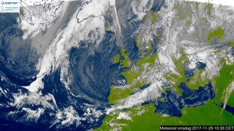 Infrarødt: Det samme bildet fra Meteosat tatt i det infrarøde spekteret.
