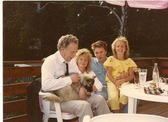 Familie: Sammen med pappa Tore, søsknene Siv og Tom, og deres første hund Cherie en gang i 1984 eller 85.