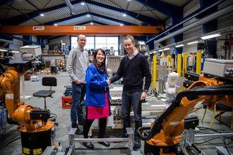 Daglig leder Anita Hager i Intek med Torstein Sol-Gärtner (t.h) og prosjektleder Sivert Eliassen (til venstre) fra Siemens. Sol-Gärtner er leder for teknologiutvikling og etablering av fabrikken.
