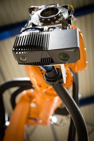 Intek monterer verktøy og programmerer robotene til batterifabrikken til Siemens.