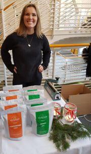 SELDE JULEKAFFI: Heidi Stevning var med og selde kaffi på Førjulsmoro i dag.