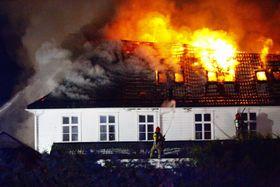 DRAMATISK: Eit mannskap på over femti frå brannvesenet og Sivilforsvaret kjempa mot flammane. Dei greidde å hindra dei i å spreia seg, men ikkje at Stedjetunet brann ned.