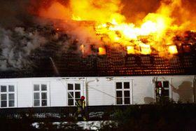 FLAMMEHAV: Dette biletet fortel det meste om kor voldsomt brannen herja i går kveld og i natt.