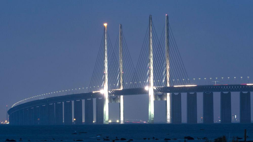 MALMÖ, SVERIGE: 203, 5 meter høye adventslys er ingen hverdagskost, men tårnene på Öresundsbroen skal lyse ett etter ett i desembermørket fram til jul.